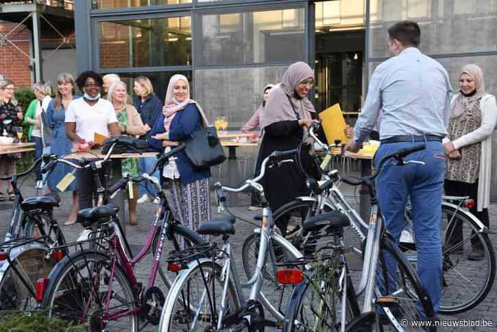 Deelnemers fietscursus krijgen fiets cadeau