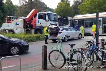 Tien gewonden bij botsing tussen tram en bus - Het Nieuwsblad