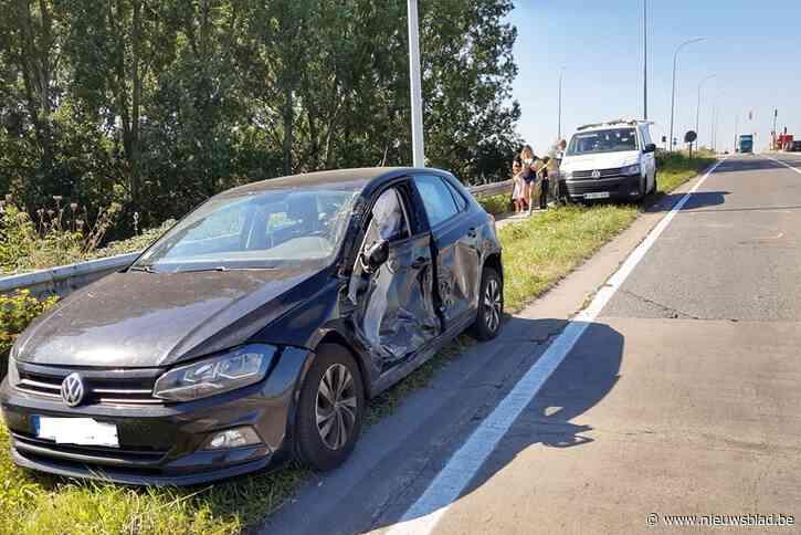 Geen gewonden, maar wel veel schade aan vrachtwagen en Franse Volkswagen bij aanrijding
