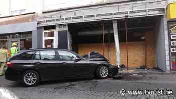 Auto knalt tegen gevel van leegstaande winkel in drukke winkelstraat van Zele - TV Oost