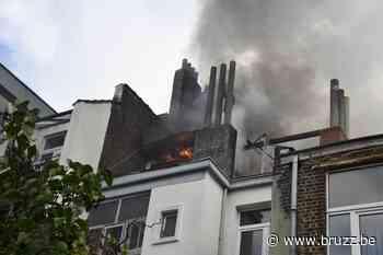 Eén gewonde bij dakbrand in Elsene - BRUZZ