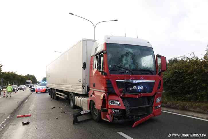 Trucker gewond na aanrijding in file aan verkeerslicht