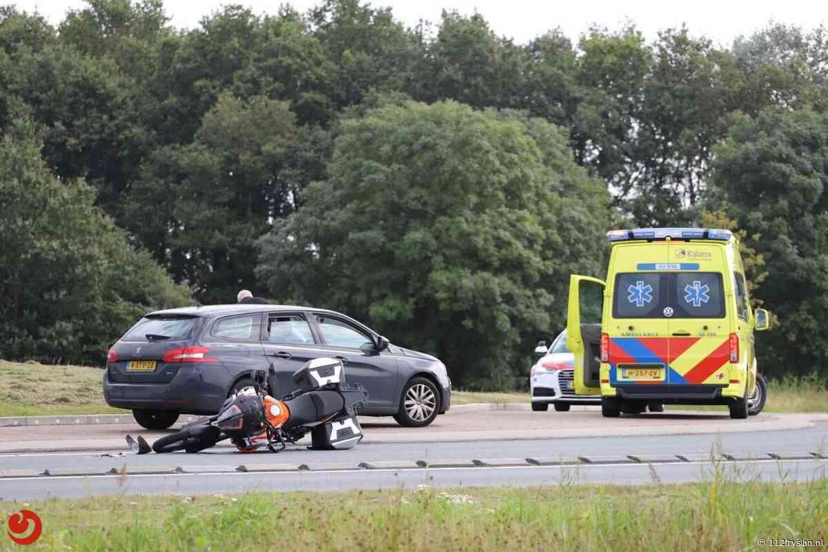 Motorrijder raakt gewond na aanrijding met auto op rotonde Nijega - 112 Fryslan