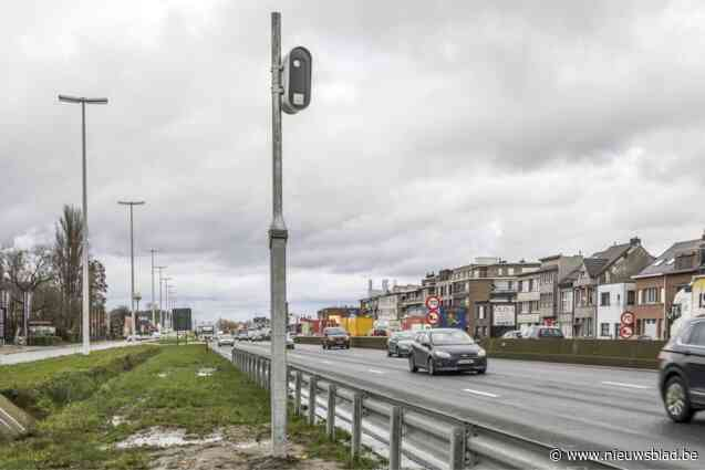 26.000 euro per stuk, maar nieuwe flitspalen langs A12 hebben jaar na plaatsing nog steeds niemand gevat