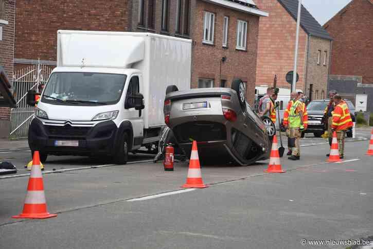 Bestuurster botst met geparkeerde vrachtwagen en gaat over de kop: vrouw mogelijk onder invloed<BR />