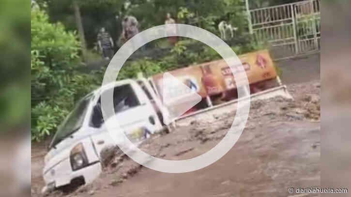 La «correntada» arrastró a un camión repartidor de Gas Propano en Chirilagua, San Miguel - Diario La Huella