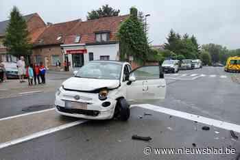 Twee auto's botsen nadat bestuurster geen voorrang verleent