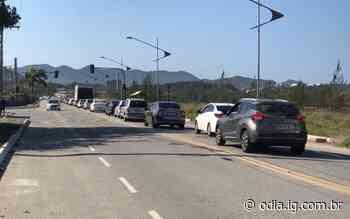 Chegada de turistas a Arraial do Cabo tem trânsito lento neste sábado - O Dia