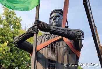 Estátua de Bolsonaro é inaugurada em Passo Fundo, mas é retirada logo em seguida - Rádio Studio 87.7 FM