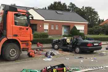 Man (73) kritiek na botsing met vrachtwagen, vrouw lichtgewond