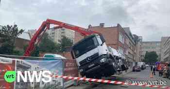 Vrachtwagen met betonpomp gekanteld op werf in Etterbeek - VRT NWS