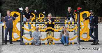 """Theaterspektakel rond Deurne 1300 in voormalig Hippisch Centrum: ,,Er is lang niks geweest, mensen hebben wel weer zin om naar het theater te gaan!"""" - Eindhovens Dagblad"""