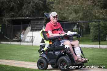 Vijf jaar geleden raakte hij verlamd, nu doorkruist Willy (65) het land in zijn elektrische rolstoel met een bijzonder doel