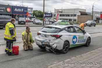 Wagen rijschool rijp voor de schroothoop nadat bestuurster (18) aangereden wordt tijdens examen