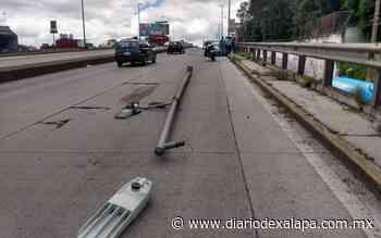 Chocó y derribó poste en el puente Miguel Alemán - Diario de Xalapa