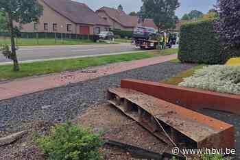 Wagen rijdt door twee voortuinen in Eksel (Hechtel-Eksel) - Het Belang van Limburg Mobile - Het Belang van Limburg