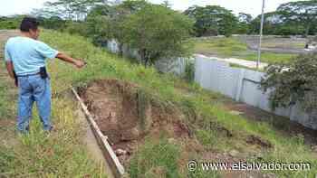 Alud de materiales sobrantes de ampliación de carretera a Zacatecoluca amenaza la propiedad de la familia Alfaro - elsalvador.com