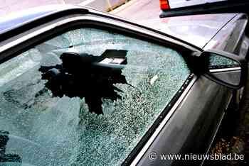 Inbreker doorzoekt auto