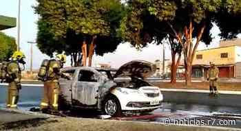 Carro fica destruído após pegar fogo em Santa Maria, no DF - HORA 7
