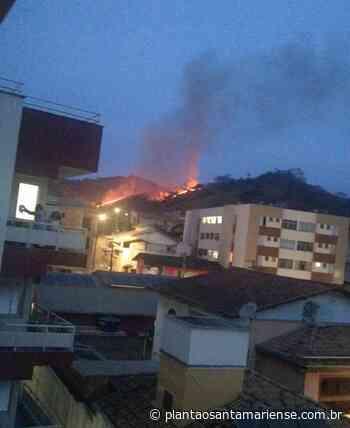 Incêndio atinge vegetação próximo ao Centro de Santa Maria de Itabira na noite desta terça-feira (14) - Plantão Santamariense