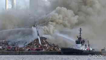 Enorme rookpluim in Antwerpen door brandende houtstapel - ATV