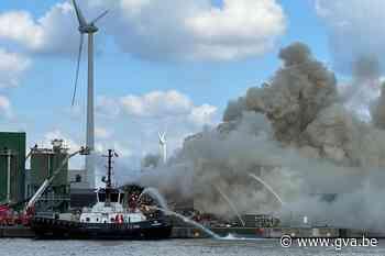 Brand in Antwerpse haven: grote rookpluim in de stad, brandweer nog uren bezig - Gazet van Antwerpen