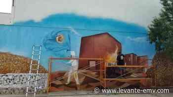 Los jóvenes de San Antonio pintan un mural en graffiti para reivindicar la identidad local - Levante-EMV