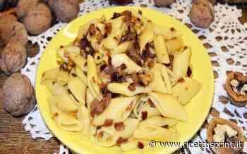 Pasta con noci e cipolle rosse | Un piatto povero, ma gustoso - RicettaSprint