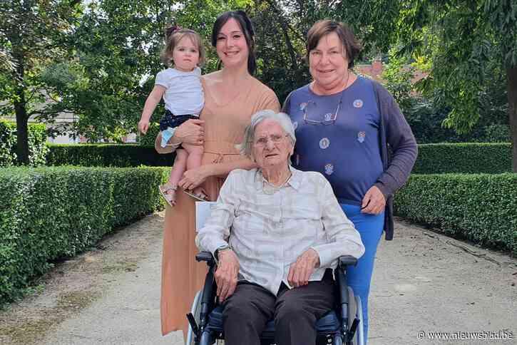 Fee kan eindelijk op de foto met haar overgrootmoeder