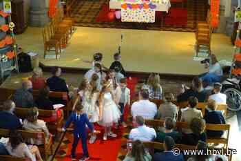 Twaalf communicantjes in de Sint-Martinuskerk van Riemst - Het Belang van Limburg