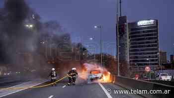 Se incendió un auto en la autopista La Plata-Buenos Aires - Télam