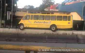 Autobús derribó protección metálica y terminó sobre muro, en Xalapa - Diario de Xalapa