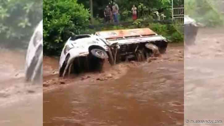 VIDEO: Camión que transportaba tambos de gas fue arrastrado por corriente en Chirilagua - elsalvador.com