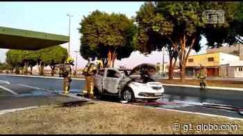 Carro pega fogo em frente a escola de Santa Maria, no DF; veja vídeo - G1