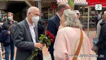 Wahlkampf: Tschentscher verteilt Rosen auf dem Tibarg in Niendorf