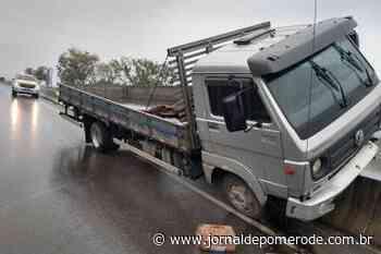 Caminhão sobe em mureta, na SC-486 - Jornal de Pomerode