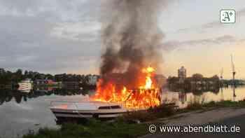 Feuer: Sportboot brennt im Emder Hafen komplett aus
