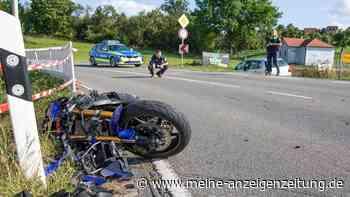 Schrecklicher Unfall bei Nürnberg: Motorradfahrer (23) kracht frontal in VW Polo - Hubschrauber im Einsatz