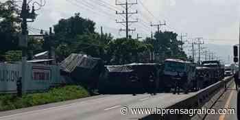 Habilitan paso en carretera Panamericana hacia Sonsonate, tras choque de rastra con mercadería y camión are... - La Prensa Grafica