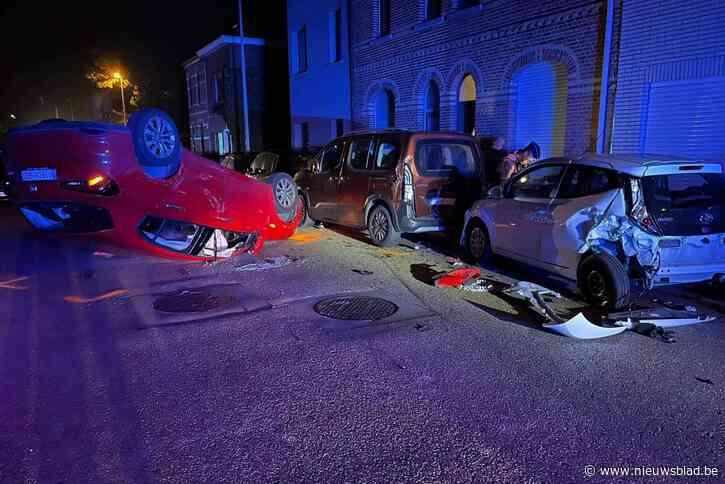 Bestuurder ramt geparkeerde auto's en gaat over de kop