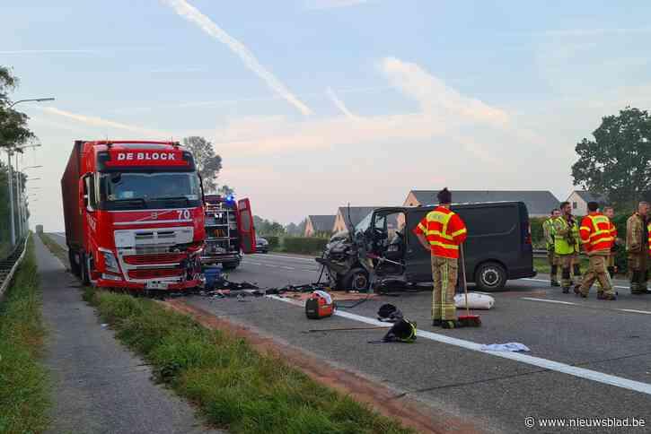 Zwaargewond na frontale klap op geparkeerde vrachtwagen