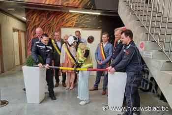 Hilde Crevits opent nieuw gebouw brandweer met hydraulische schaar