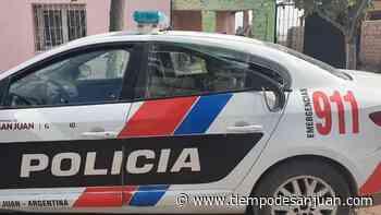 Vieron a la Policía por Santa Lucía y les tiraron piedras hasta que abollaron el auto - Tiempo de San Juan