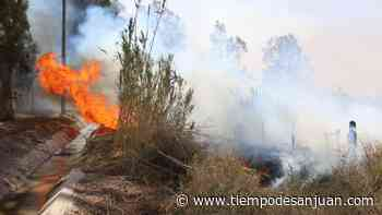 Incendio en Santa Lucía: bomberos trabajan a destajo para que las llamas no lleguen a las viviendas - Tiempo de San Juan