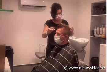 Ludiek protest tegen mondmaskerplicht: Evy maakt danscafé van haar kapsalon