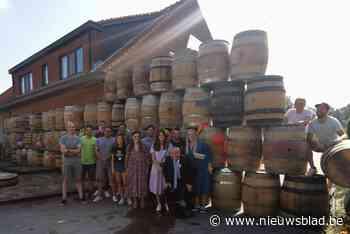 """Vrienden barricaderen huis van pasgetrouwd koppel met gevulde houten vaten: """"Boontje komt om zijn loontje"""""""
