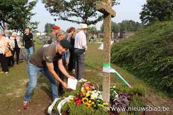 """Oud herdenkingskruis voor verzetslui onthuld op begraafplaats: """"Mengen van Zelzaatse grond met duinenzand uit Walcheren symbool van verbondenheid"""""""