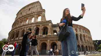 Coronavirus digest: Vaccine bookings spike after Italy extends COVID pass requirements - DW (English)