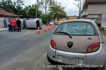 Motorista sem CNH capota carro voltando da última aula da autoescola em Jaraguá do Sul - Jornal de Pomerode