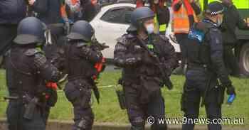 Violence descends Melbourne's CBD as tradies protest outside union - 9News
